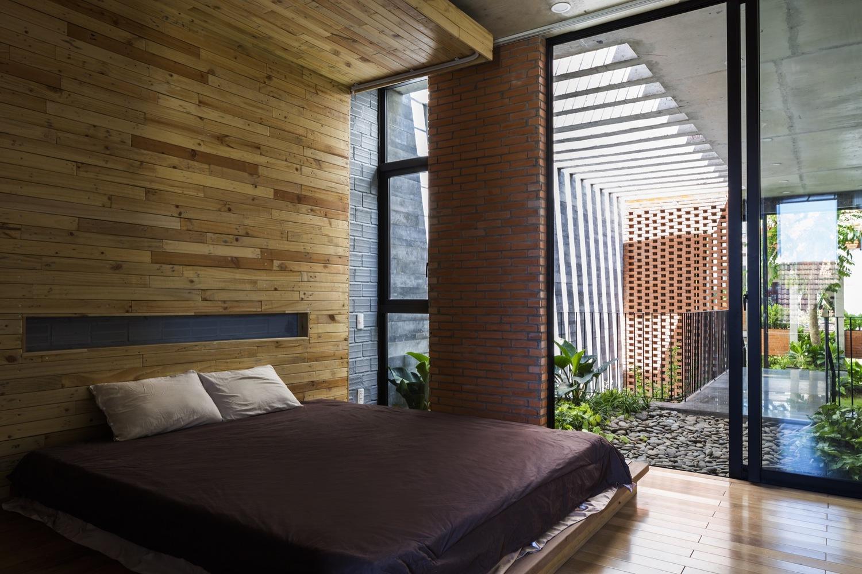 hình ảnh phòng ngủ thoáng sáng có cửa kính mở ra ban công