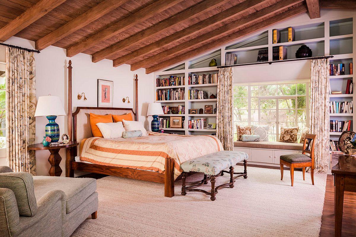 hình ảnh phòng ngủ truyền thống với dầm gỗ lộ thiên, ga gối màu cam
