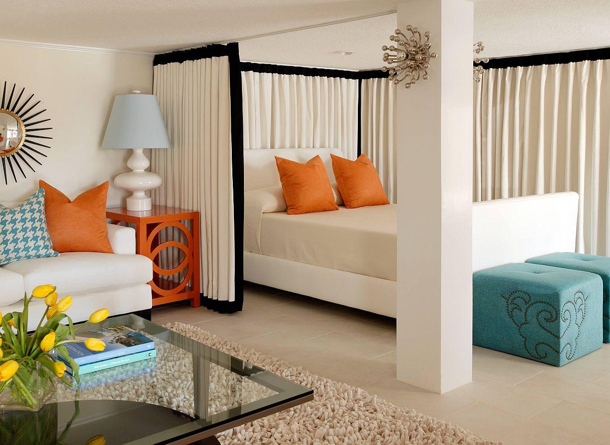 hình ảnh phòng ngủ hiện đại với rèm vây quanh, các điểm nhấn màu cam và xanh dương nổi bật