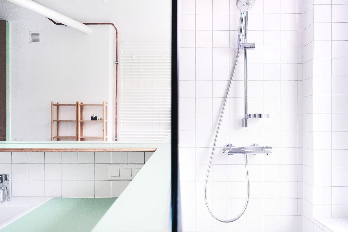Phòng tắm sang trọng, tràn ngập ánh sáng với màu trắng làm phông nền hoàn hảo cho những đường ống đồng lộ thiên càng thêm nổi bật.