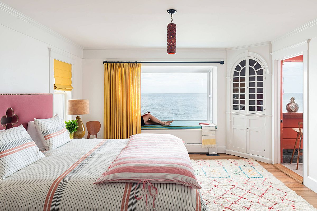 Phòng ngủ với góc đọc sách bên cửa sổ hướng nhìn ra đại dương