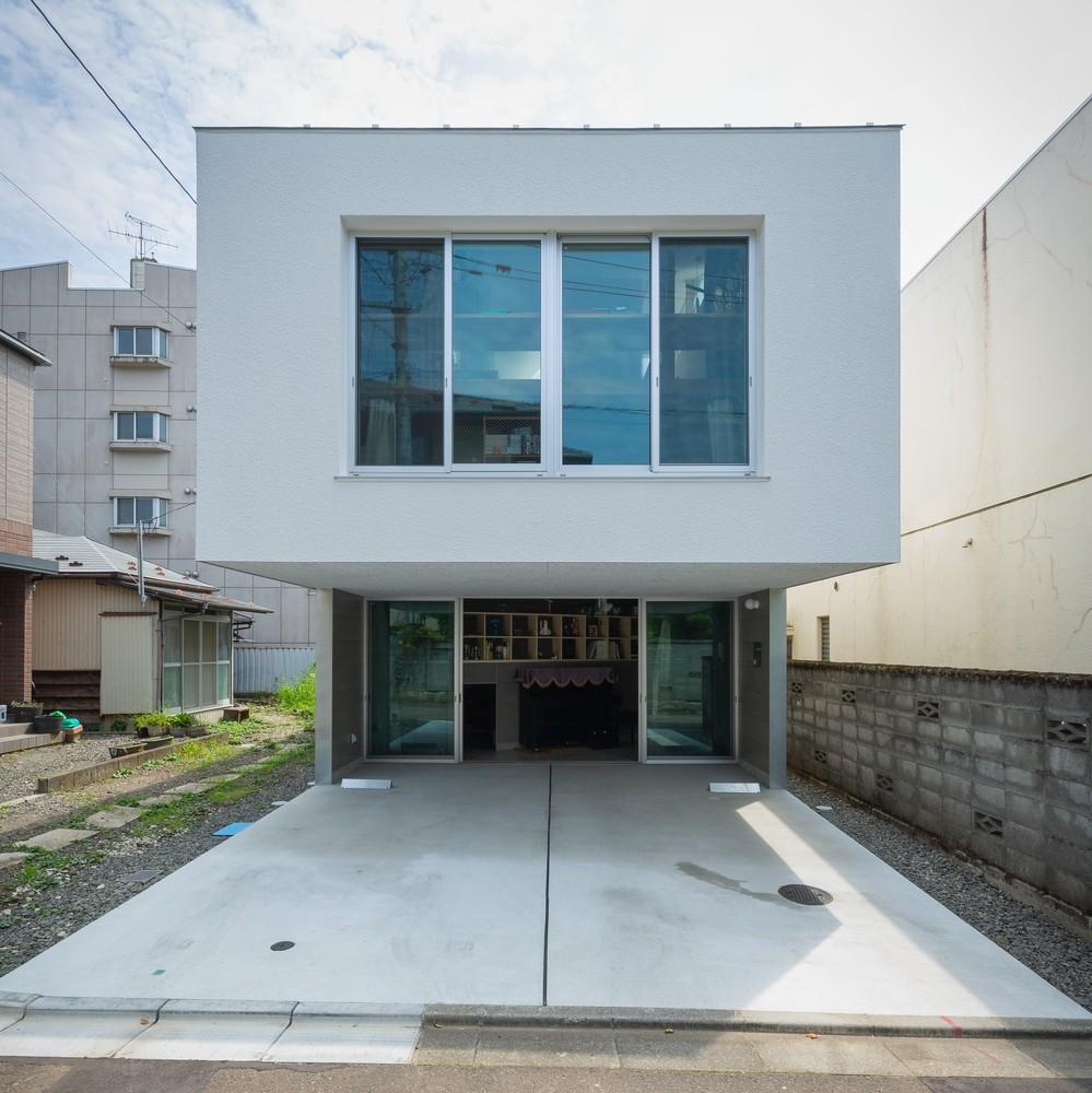 Ngôi nhà 3 tầng lạ mắt được xây dựng trên một khu đất hẹp, tiếp xúc với đường nội bộ khu dân cư thuộc đô thị Sendai, Nhật Bản.