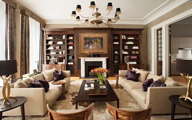 hình ảnh toàn cảnh phòng khách với bộ ghế sofa màu trắng đặt đối xứng qua bàn trà, hệ tủ kệ gỗ trang trí ấn tượng