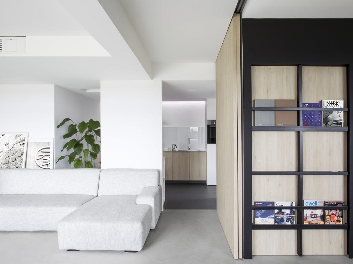 Sau cải tạo, các bức tường ngăn không cần thiết trong căn hộ 110m2 được loại bỏ, thay vào đó là kế hoạch sàn rộng mở thoáng sáng, tạo cảm giác thư giãn, thoải mái cho gia chủ.