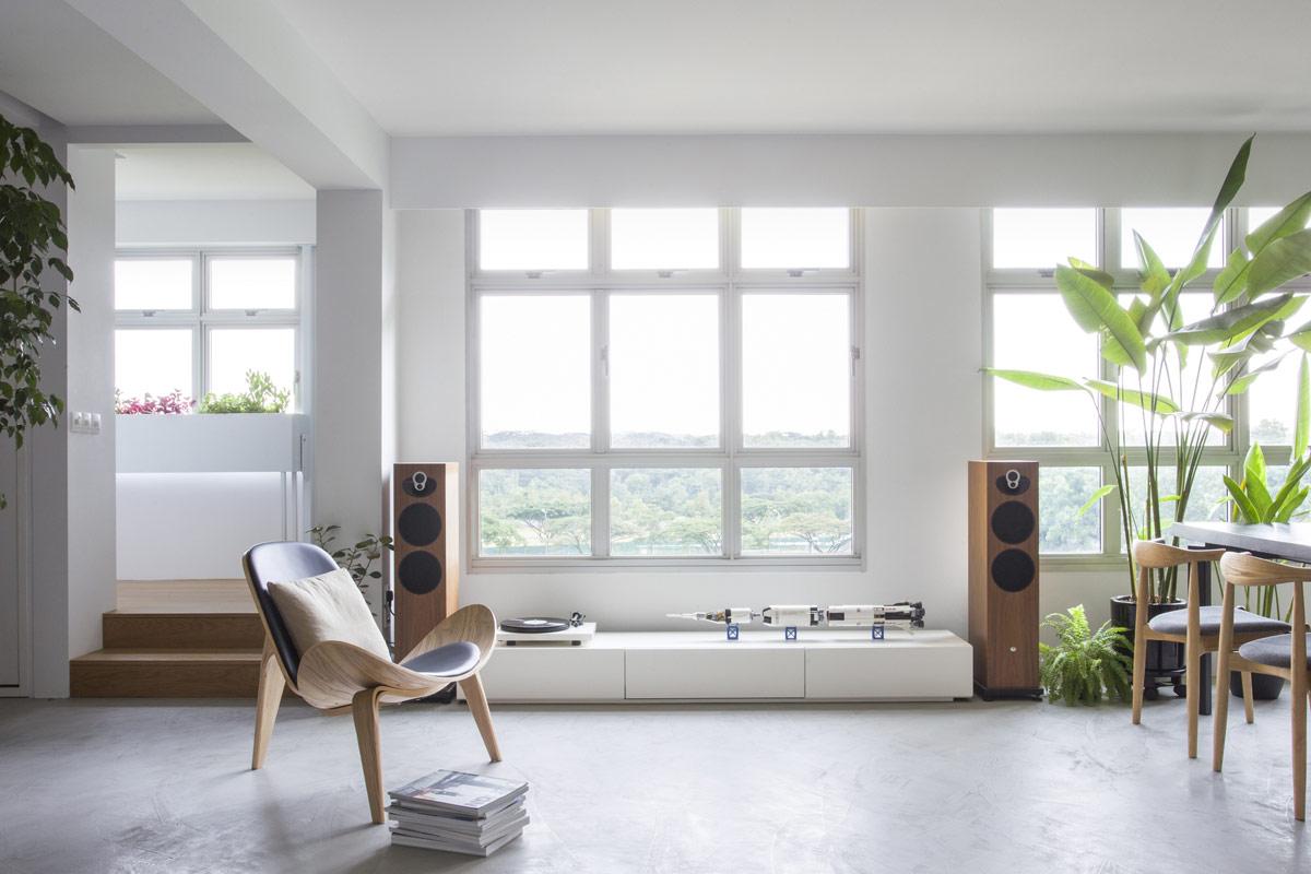 Căn hộ 110m2 chứa đầy âm nhạc và văn học. Một bàn xoay và bộ loa đang chờ bạn lựa chọn bên chiếc ghế dài phong cách.