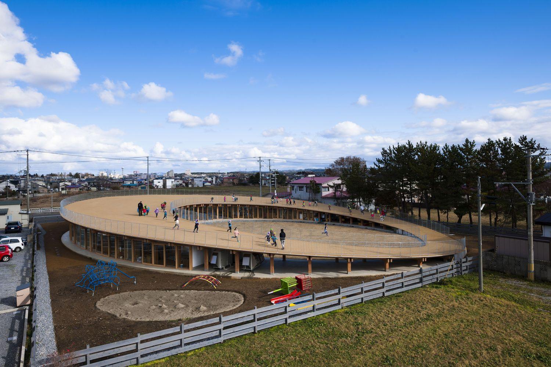 thiết kế trường mầm non với phần mái elip, dốc thoai thoải cho trẻ thoải mái vui đùa