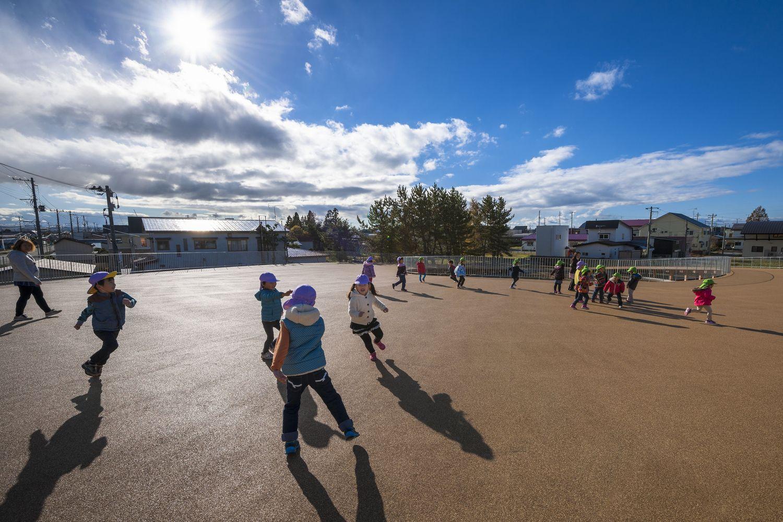 học sinh vui chơi trên mái trường
