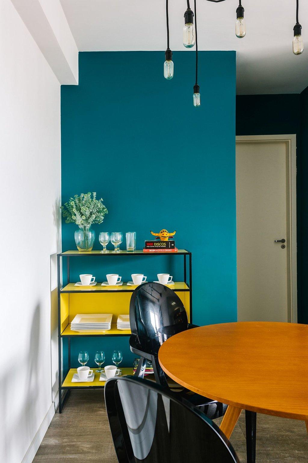 Đèn thả bóng Edison kiểu công nghiệp tối giản tạo điểm nhấn cho khu vực ăn uống bên cạnh không gian tiếp khách.
