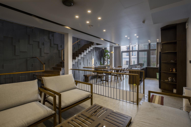 Nội thất nhà 4 tầng được làm bằng những chất liệu truyền thống, mộc mạc với điểm nhấn là các sản phẩm gỗ duyên dáng, trang nhã, gần gũi thiên nhiên.