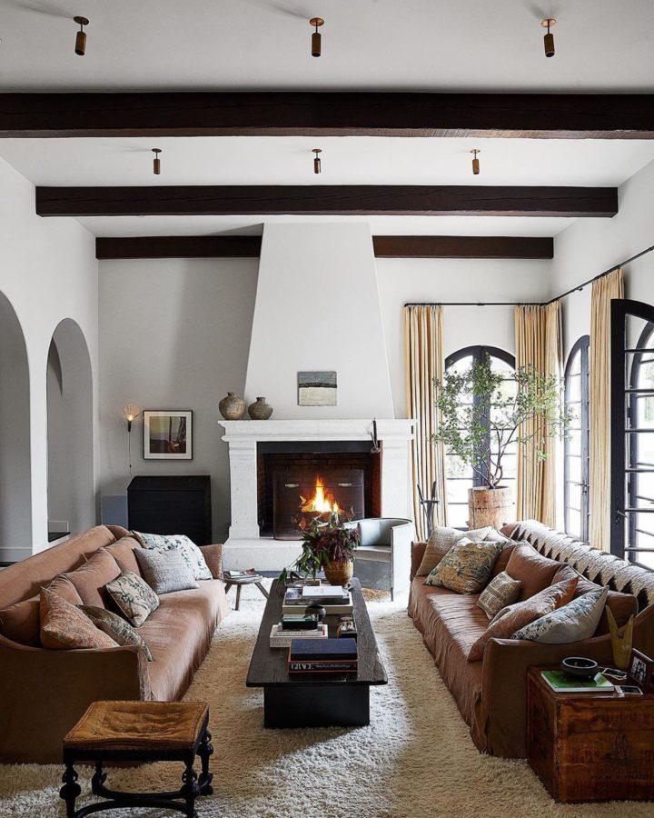 phòng khách nhỏ với hai ghế sofa nâu đặt đối diện qua bàn trà màu đen