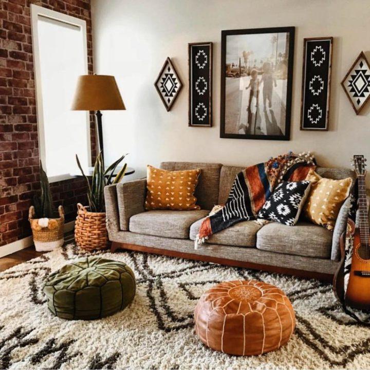 phòng khách nhỏ với sofa xám thấp, thảm lông, ghế ottoman màu sắc