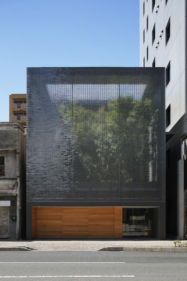 cận cảnh mặt tiền kính quang học nhà phố Nhật Bản