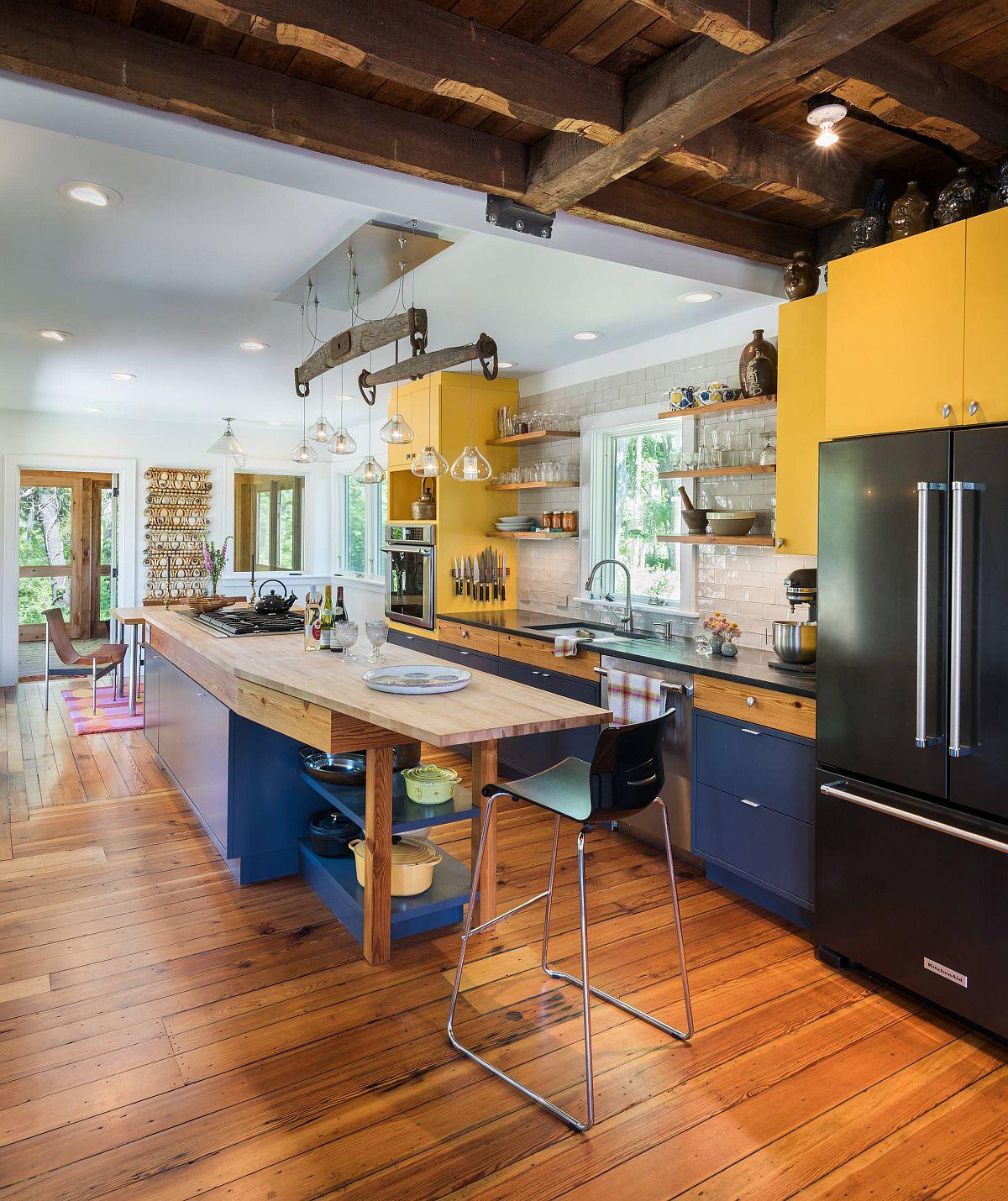 Phòng bếp phong cách trang trại hiện đại với bảng màu đa sắc từ xanh lam, vàng đến đen và nâu gỗ ấm áp, thân thiện.