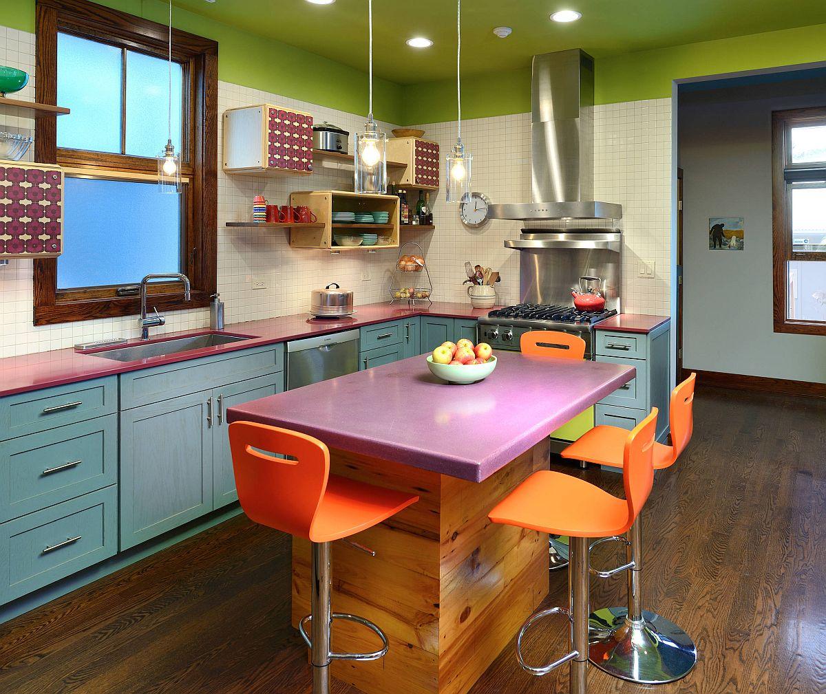 Khéo léo và tinh tế một chút, bạn hoàn toàn có thể sử dụng bảng màu đa dạng cho không gian nấu nướng diện tích khiêm tốn.