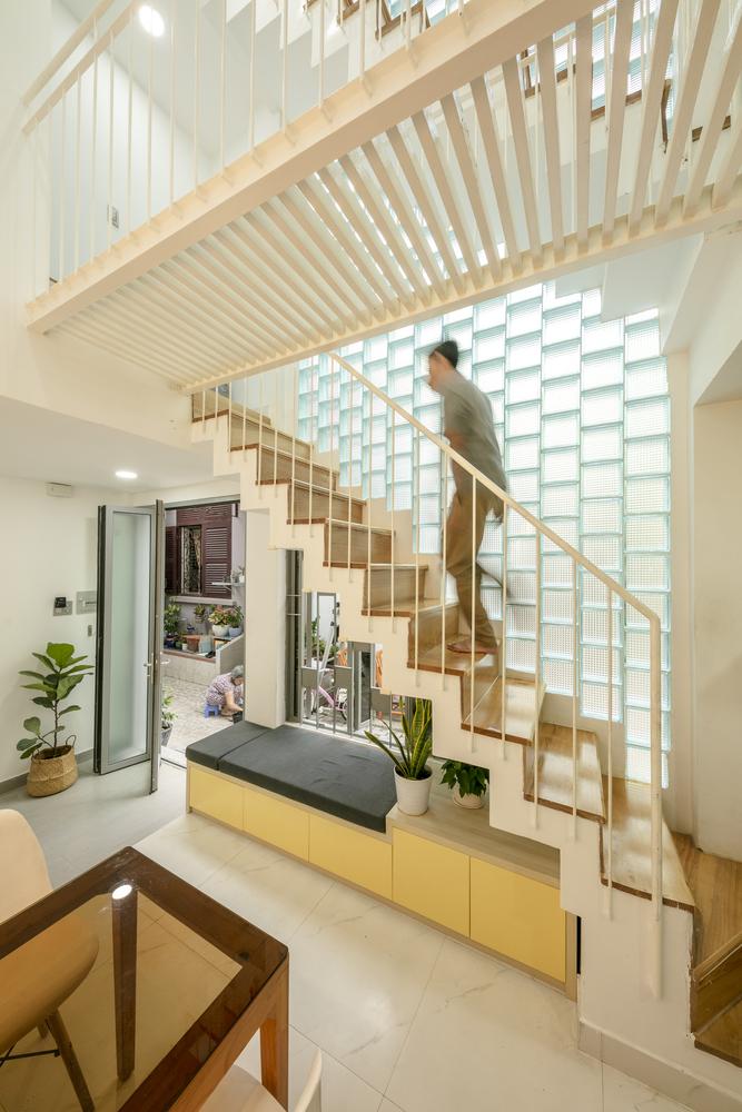 không gian bên trong nhà phố Sài Gòn với cầu thang dẫn lên tầng trên