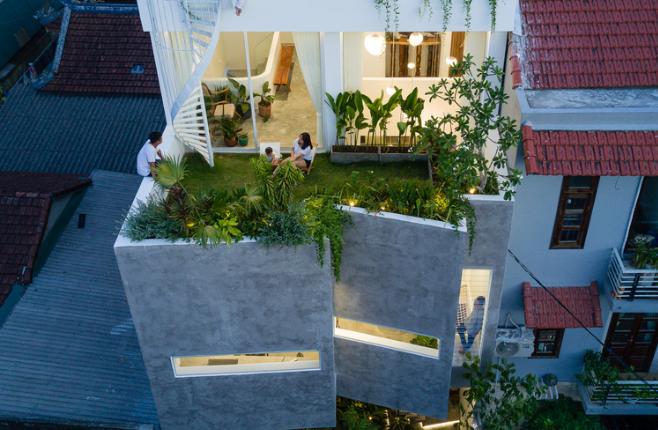 Bức tường gấp khúc che chắn nắng mưa cho ngôi nhà ở Huế