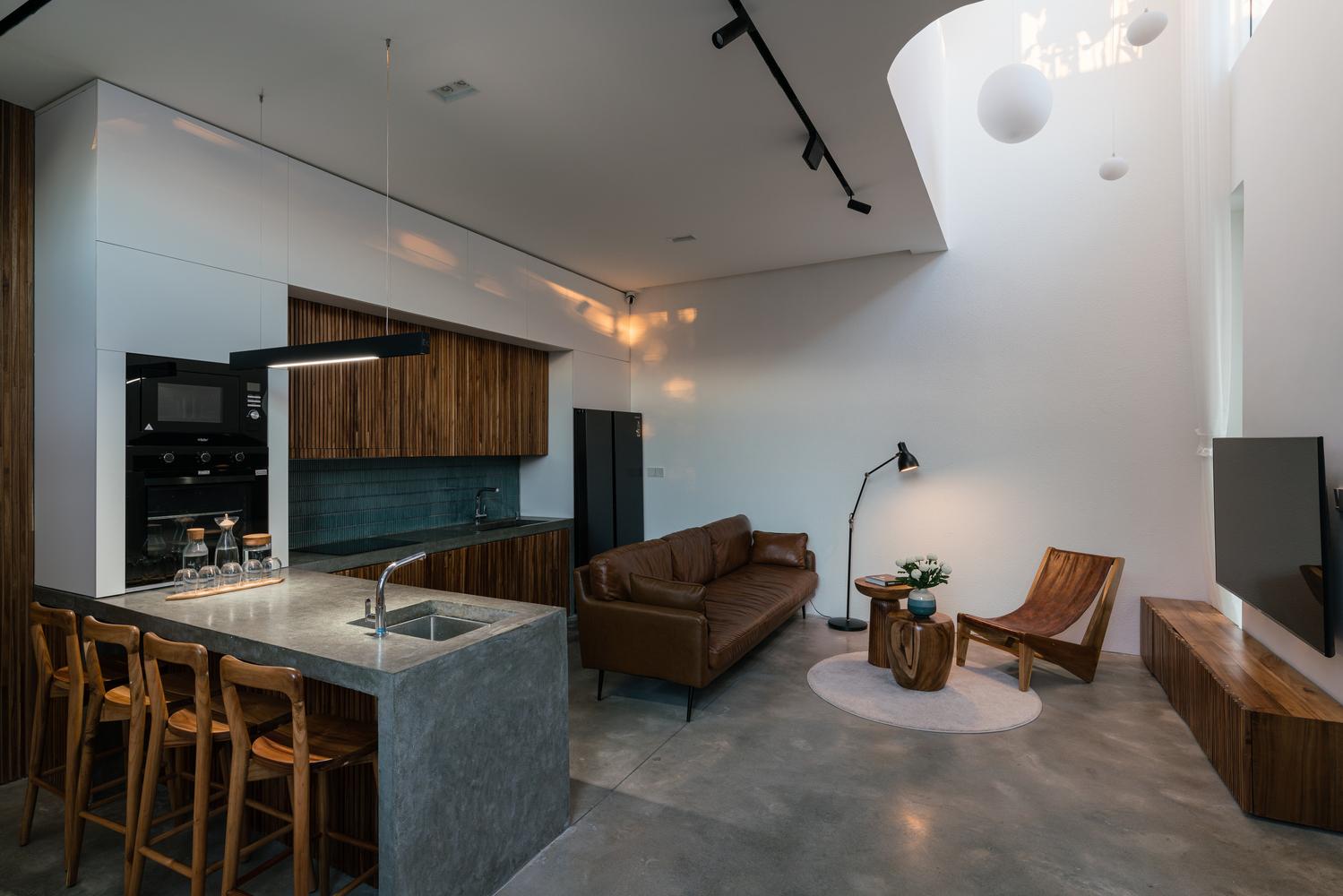 Phòng khách và bếp - ăn được thiết kế liên thông, rộng mở.