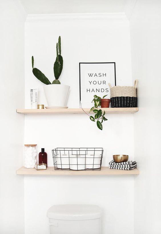 Mẫu kệ mở gắn tường khu vực vệ sinh không chỉ giúp cất gọn vật dụng phòng tắm mà còn là điểm nhấn trang trí tinh tế.