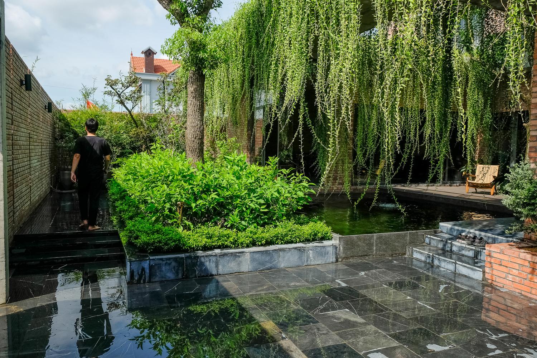 sân vườn xanh mát bên trong nhà phố Quảng Ninh