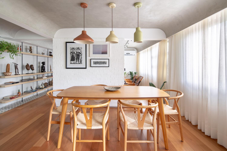 toàn cảnh phòng ăn đẹp với tranh tường, kệ trang trí