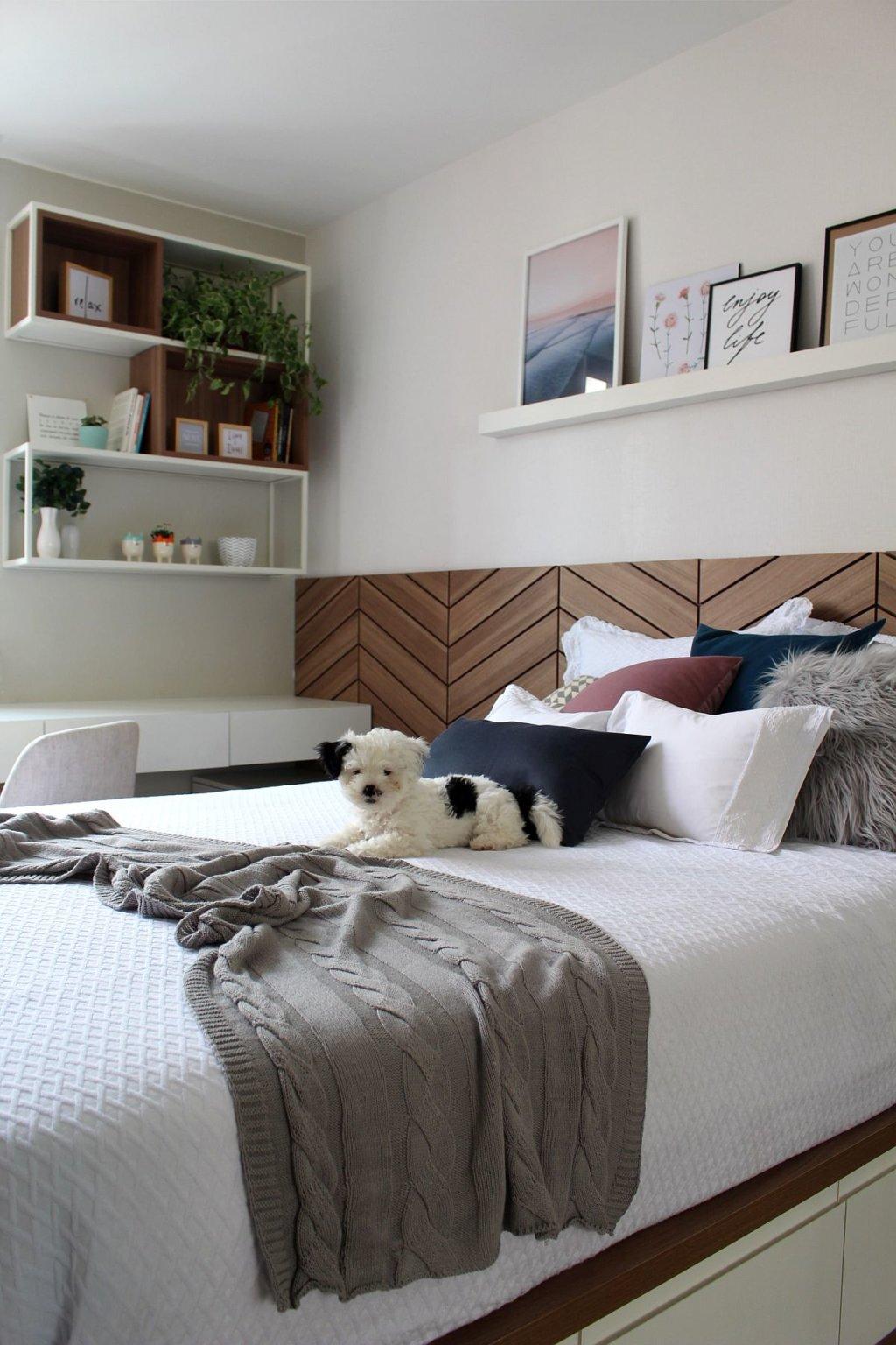 Phòng ngủ nhỏ trong căn hộ 22m2 được thiết kế và bài trí với tông màu trắng và chất liệu gỗ sẫm màu tạo cảm giác thoáng đãng, ấm áp.