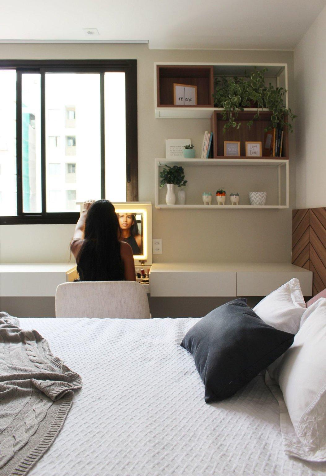 hình ảnh cô gái ngồi trước gương bàn trang điểm phòng ngủ