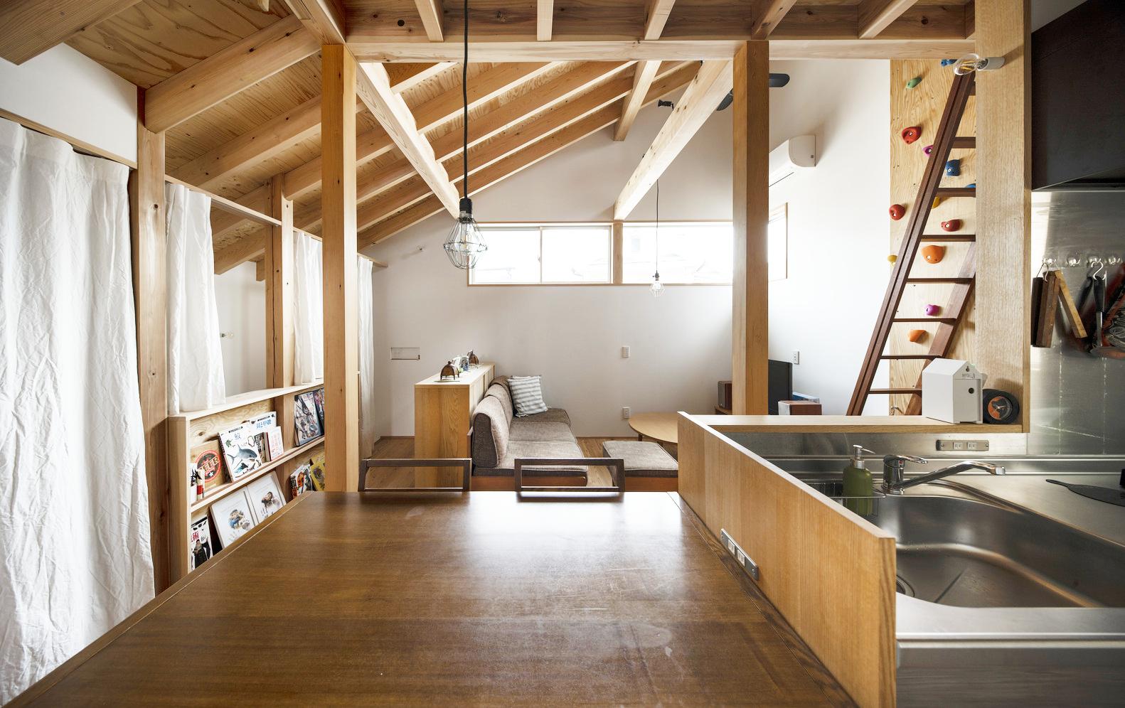 Những tấm rèm phân chia các khu vực lưu trữ ở cầu thang và nhà bếp, tạo ra hệ vách ngăn mềm mại, tiện dụng và linh hoạt.