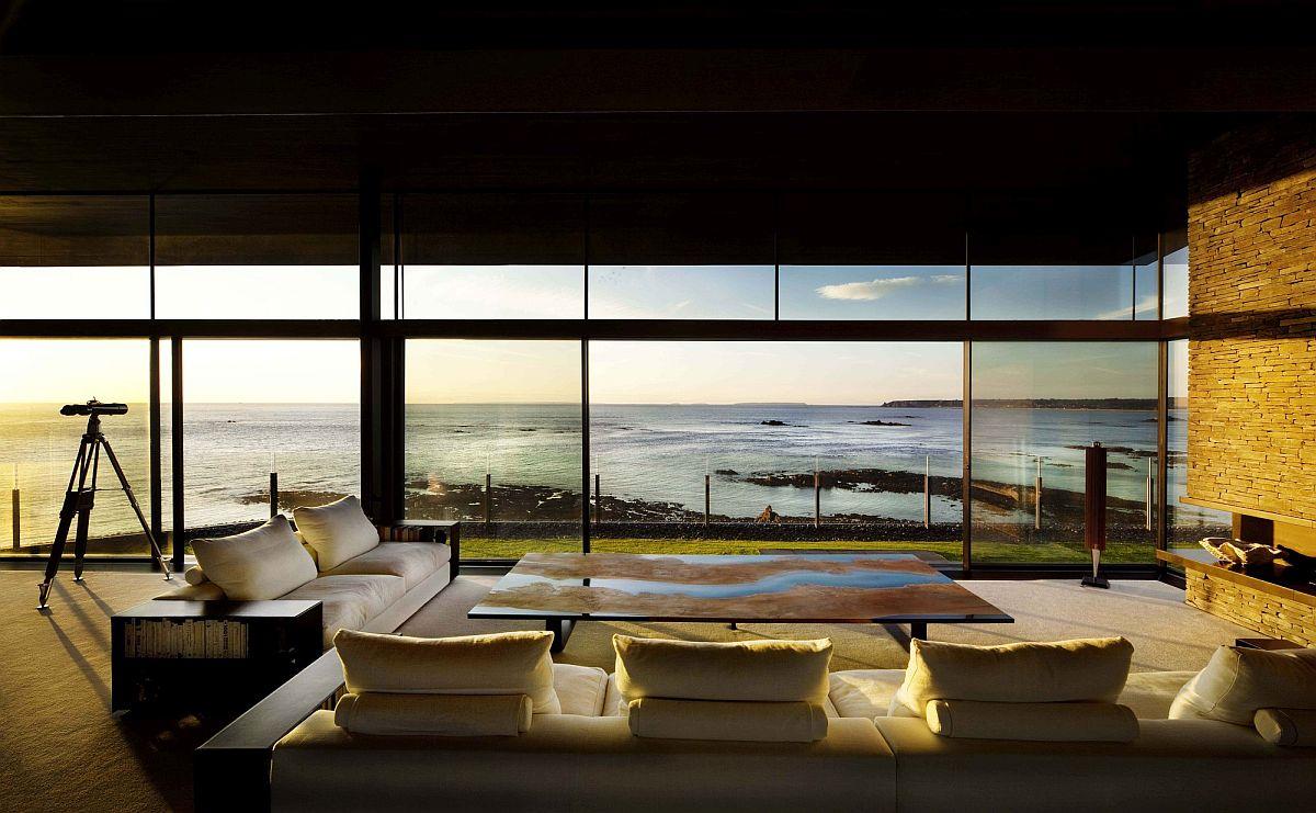toàn cảnh phòng khách ngập tràn ánh sáng tự nhiên, hướng nhìn ra biển