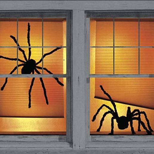 Tấm áp phích nhện với chất kết dính hai mặt có thể tháo rời giúp bạn dễ dàng dán chúng vào bên trong khung cửa sổ mùa Halloween năm nay.
