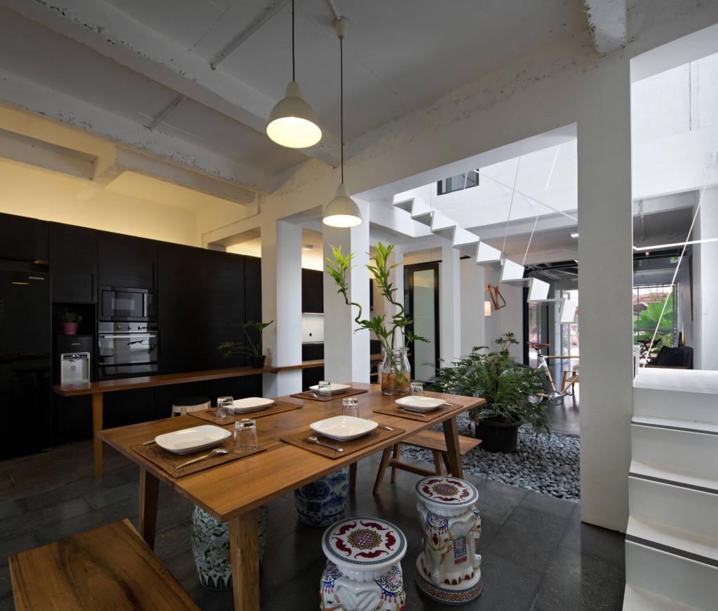 Không gian bếp ăn tận dụng được tối đa ánh sáng tự nhiên và dễ dàng tiếp cận từ các phòng chức năng khác trong ngôi nhà Growing House.