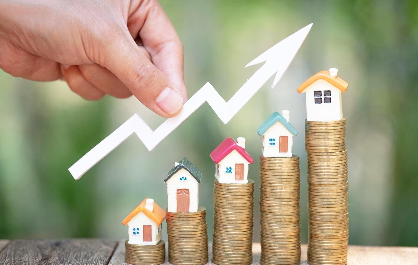 hình ảnh các cọc tiền xu theo hướng tăng dần, trên đỉnh là mô hình ngôi nhà, bàn tay cầm mũi tiên màu trắng hướng đi lên