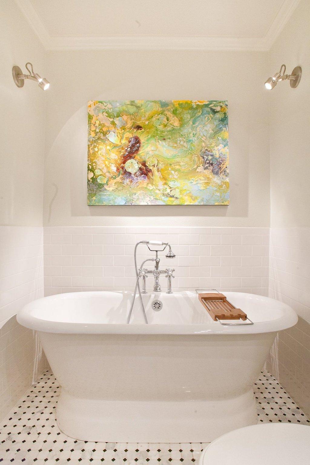 phòng tắm nhỏ màu trắng chủ đạo nổi bật với bức tranh nghệ thuật treo tường