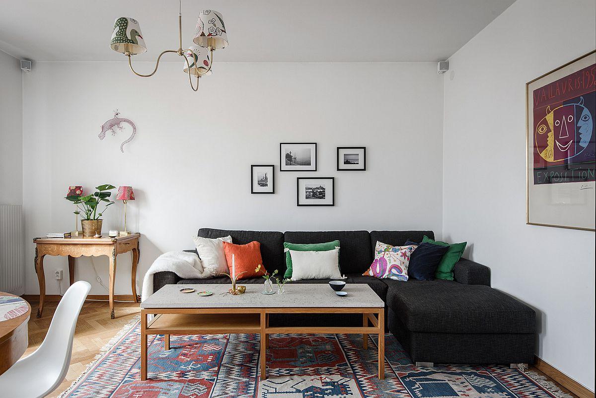 Bộ ghế sofa màu đen mang đến cái nhìn mới lạ, đồng thời tạo điểm nhấn hút mắt cho phòng khách phong cách Scandinavian.