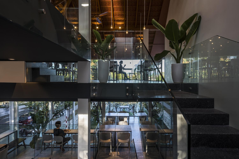 cận cảnh không gian nội thất quán cà phê 3 tầng ở Huế