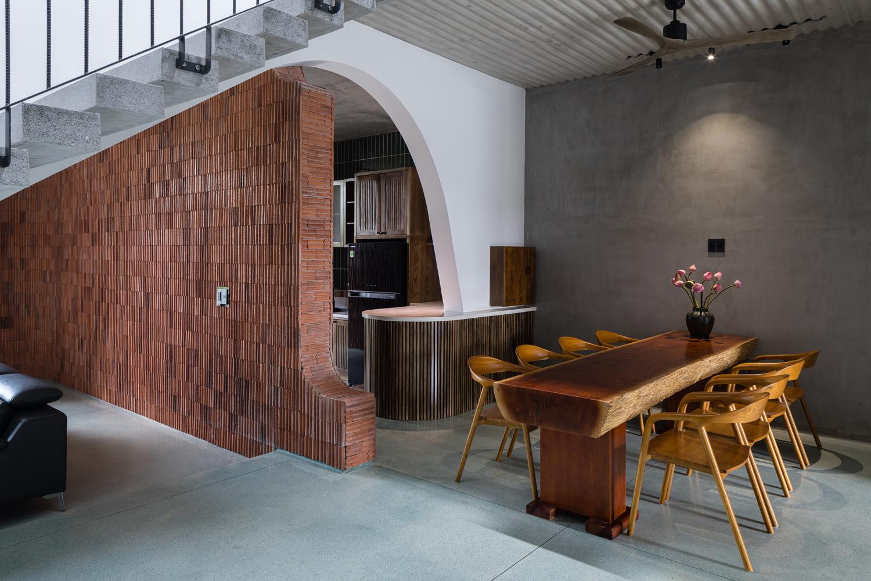 phòng ăn cạnh cầu thang