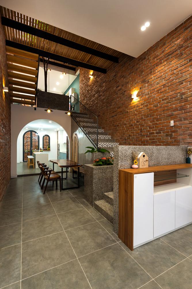 hình ảnh phòng ăn nhà phố 4 tầng được đặt cạnh cầu thang lên tầng trên với chất liệu nội thất gỗ tự nhiên ấm áp