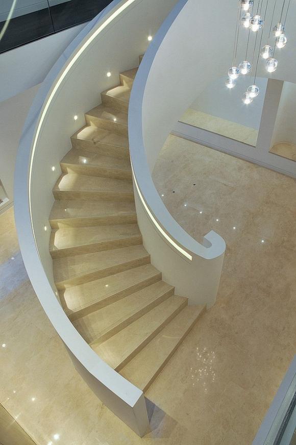Cầu thang được làm bằng đá tự nhiên với tông màu be sáng sang trọng.
