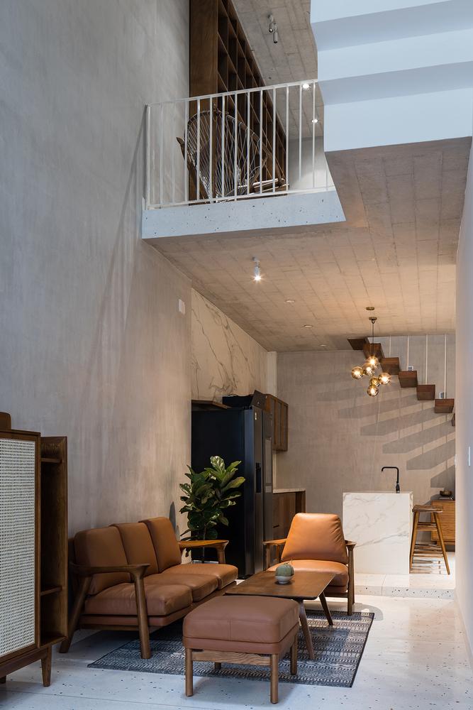 hình ảnh phòng khách nhà ống với ghế soffa màu nâu bò ấm áp