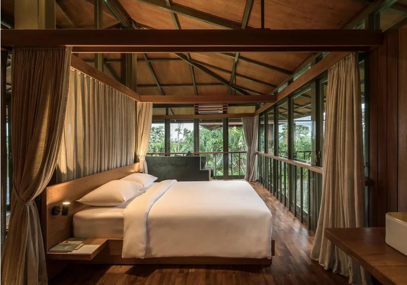 hình ảnh phòng ngủ phong cách mở thoáng sáng với ga gối màu trắng, khung rèm bao quanh