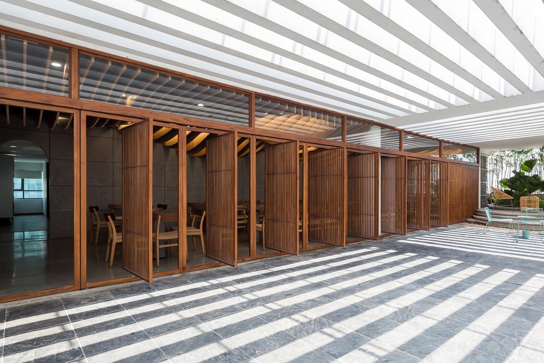hình ảnh cận cảnh hệ thống cửa mở dạng xoay chớp bằng gỗ