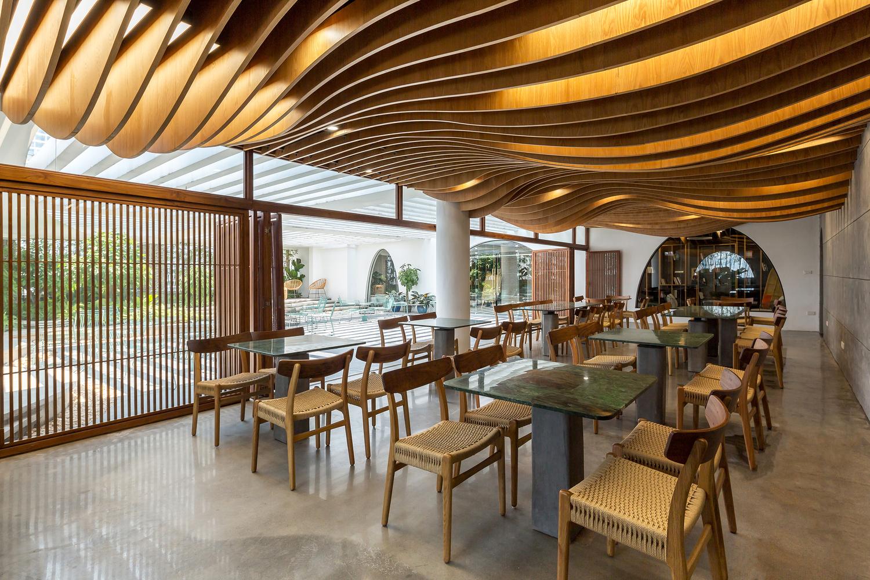 Không gian nhà ăn cho cán bộ, nhân viên ngập tràn ánh sáng tự nhiên. Nội thất chất liệu gỗ, mây đan tạo cảm giác gần gũi, thân thiện.