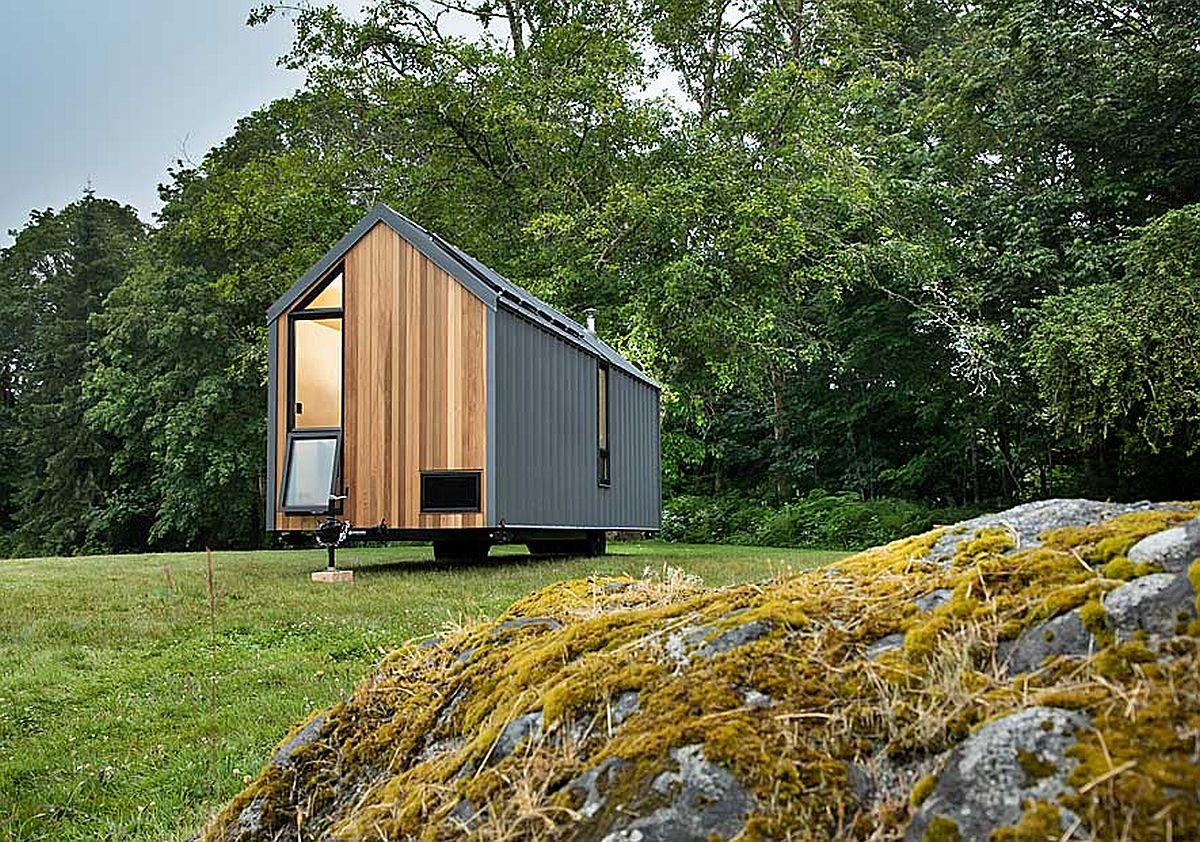 hình ảnh cận cảnh mặt bên ngôi nhà cabin với đầu hồi ốp gỗ tuyết tùng màu sáng