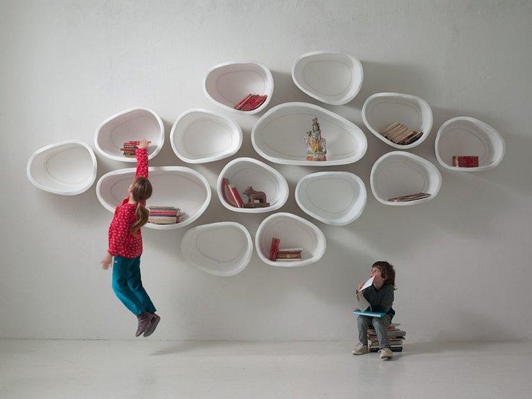 hình ảnh kệ hình học hình dáng tổ ong treo tường, các bé đang chơi đùa bên kệ