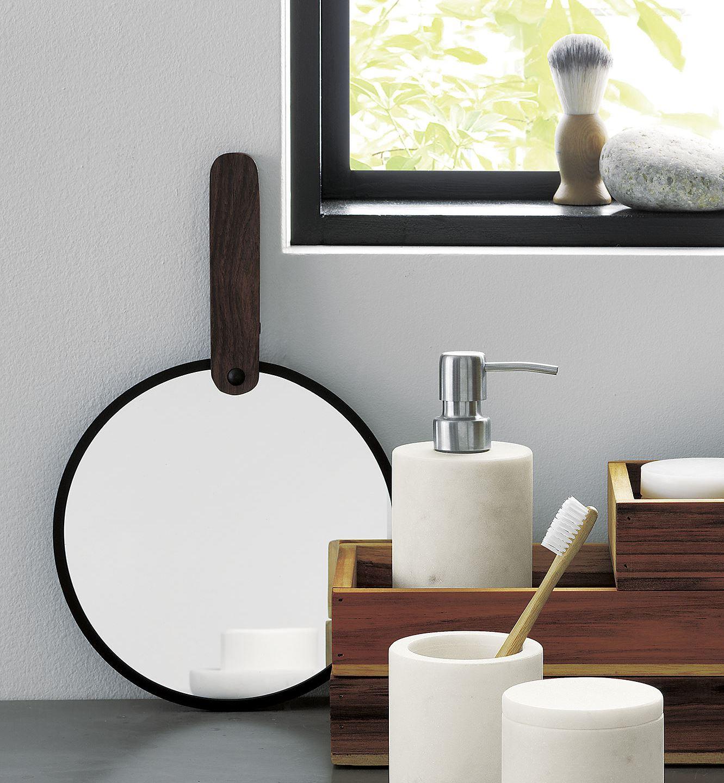 Gương tròn với tay cầm bằng gỗ và viền kim loại sơn tĩnh điện màu đen kết hợp hài hòa, tạo ra kiểu dáng công nghiệp đẹp mắt.