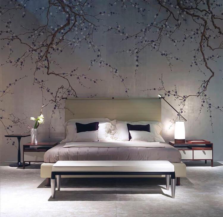 hình ảnh phòng ngủ với tường đầu giường trang trí họa tiết nhành cây với những nụ hoa bé xinh đua nở