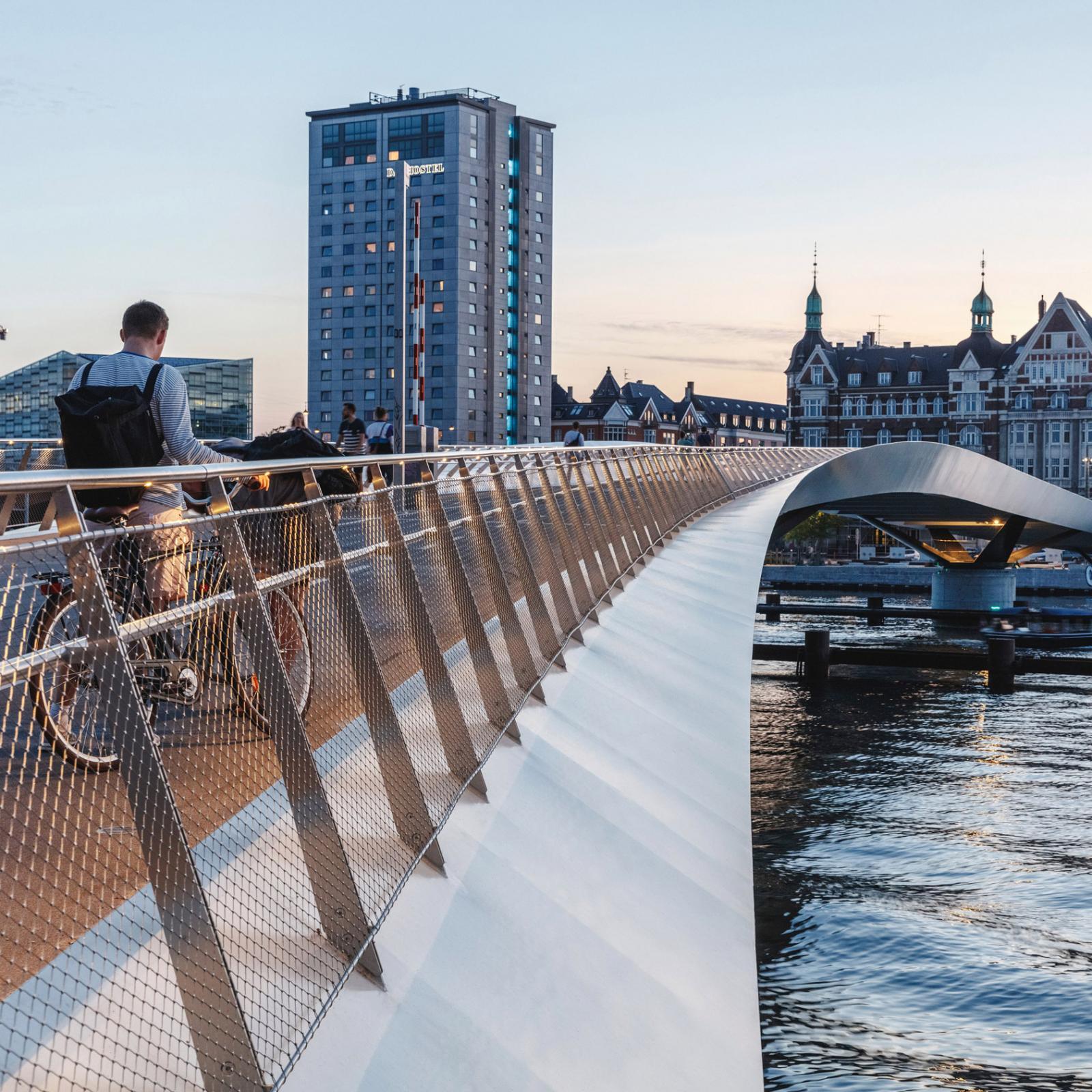 Cây cầu dành cho người đi xe đạp và đi bộ ở Đan Mạch.