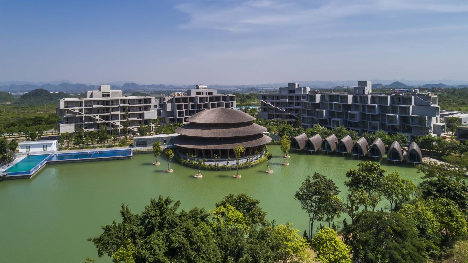 Mái nhà hàng tre hình tròn 3 tầng, rộng 1.050m2, được ghép từ 2 mái hình vành khuyên xếp chồng lên nhau và 1 mái vòm trên cùng.