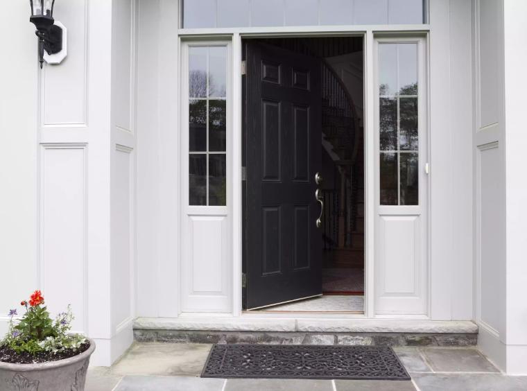 hình ảnh mặt tiền nhà với tường sơn trắng, cửa chính sơn màu đen nổi bật