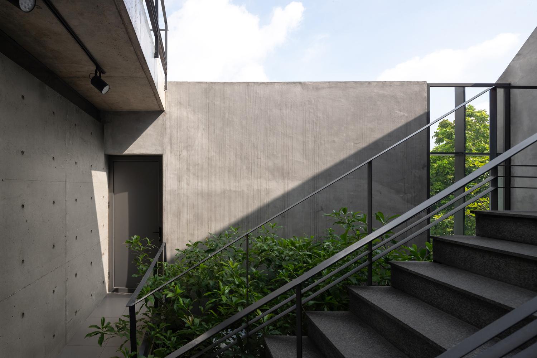 hình ảnh cầu thang ngoài trời, cây xanh ở gầm cầu thang