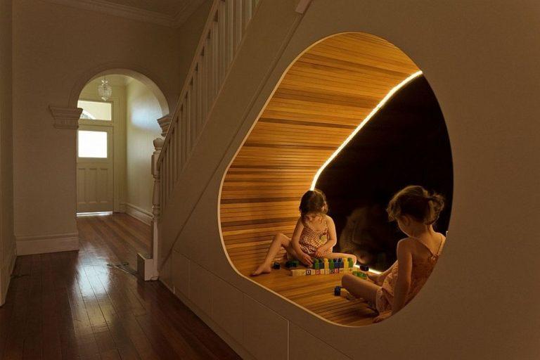 Khoang sáng dưới cầu thang đóng vai trò như một khu vui chơi lý tưởng cho các bé.